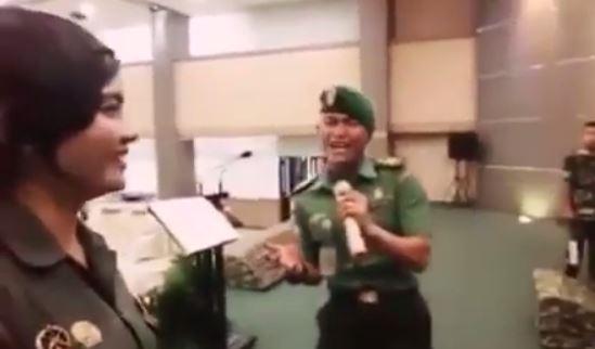 https: img-o.okeinfo.net content 2017 08 08 337 1751713 suara-melengking-duet-prajurit-tni-saat-bernyanyi-pukau-netizen-tonton-videonya-2mo7ky4DlY.JPG