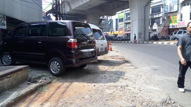 https: img-o.okeinfo.net content 2017 08 08 338 1751721 abaikan-razia-penertiban-masih-banyak-mobil-parkir-di-atas-trotoar-UhuPpF92TJ.jpg