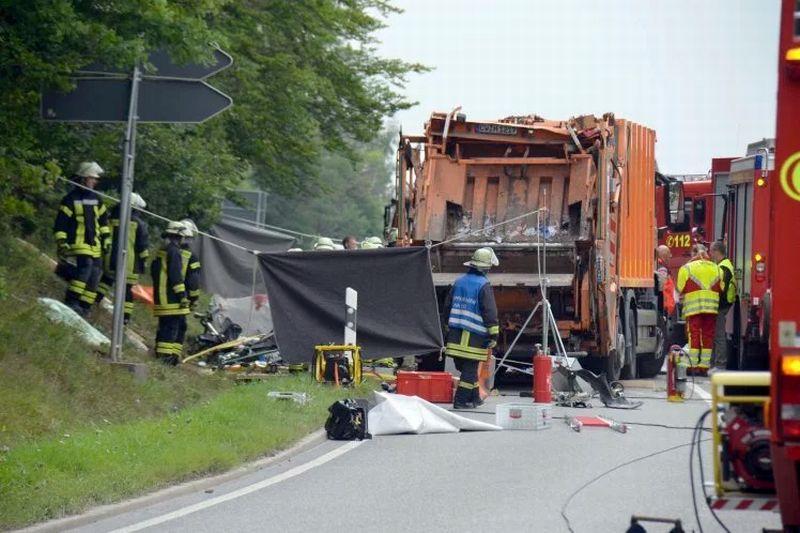 https: img-o.okeinfo.net content 2017 08 12 18 1754580 ngeri-ditabrak-truk-yang-angkut-26-ton-sampah-5-penumpang-mobil-tewas-74xr9lO5iV.jpg