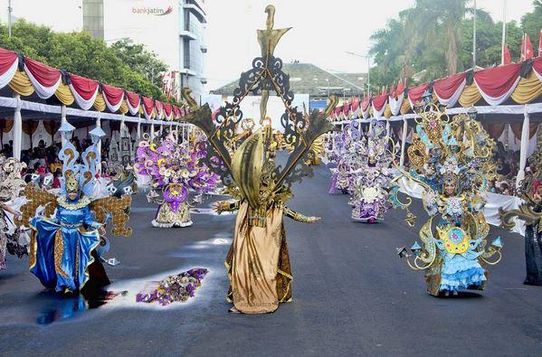 https: img-o.okeinfo.net content 2017 08 13 194 1755161 wow-penampilan-wonderful-artchipelago-carnival-indonesia-pukau-penonton-jfc-V9VlnS6l1O.JPG