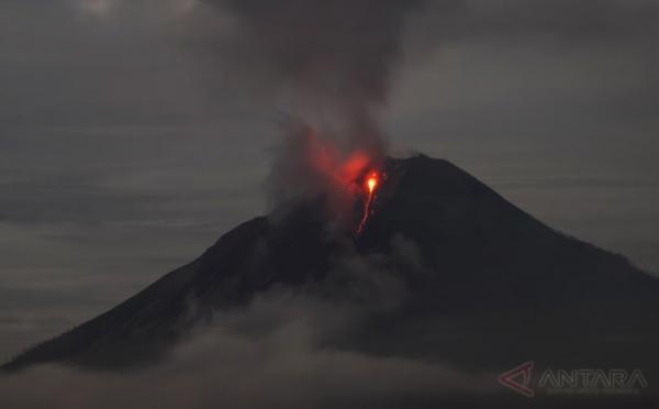 https: img-o.okeinfo.net content 2017 08 13 340 1754922 duuh-tengah-malam-sinabung-semburkan-abu-vulkanik-setinggi-2-800-meter-9dQDLXu5Ap.jpg