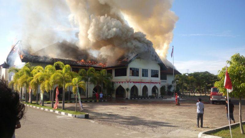 https: img-o.okeinfo.net content 2017 08 18 340 1758203 gedung-universitas-malikussaleh-terbakar-pemadam-masih-berupaya-jinakkan-api-yvHzmnkZcQ.jpg