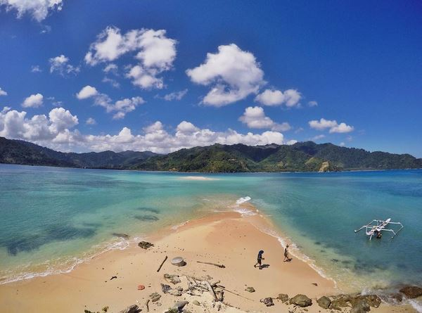 https: img-o.okeinfo.net content 2017 08 21 406 1760024 share-loc-yeay-snorkeling-di-pulau-pinjan-enggak-perlu-basah-basahan-lho-HUN9PRqV5t.JPG