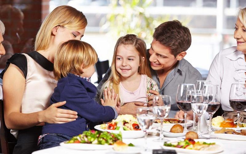 https: img-o.okeinfo.net content 2017 08 22 298 1760726 5-tips-cerdas-agar-anak-tidak-rewel-saat-makan-di-restoran-gsr6uldbuH.jpg