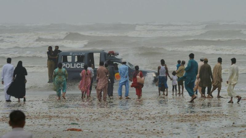https: img-o.okeinfo.net content 2017 08 28 18 1764227 dihantam-badai-8-orang-termasuk-warga-arab-saudi-tewas-tenggelam-di-pantai-pakistan-u5R8TfO192.jpg