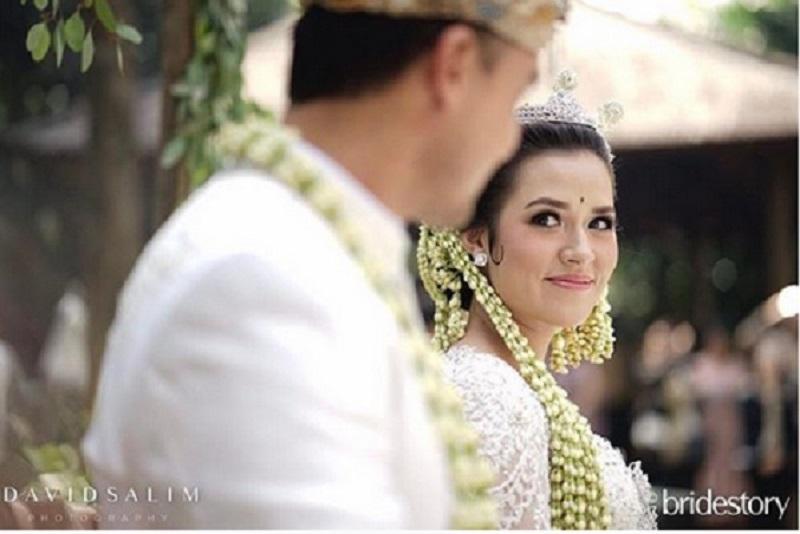 https: img-o.okeinfo.net content 2017 09 06 194 1770275 tampil-flawless-dan-cantik-ini-rahasia-di-balik-riasan-wajah-raisa-ketika-menikah-K6XTLg7p9c.jpg