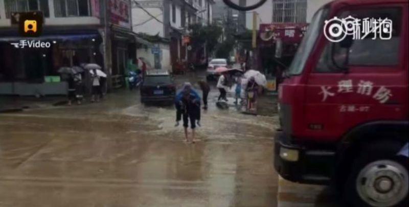 https: img-o.okeinfo.net content 2017 09 14 18 1775738 video-mengharukan-kakek-di-china-rela-gendong-istrinya-lintasi-genangan-air-oIOqspc4tt.jpg