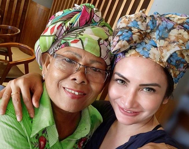 https img o.okeinfo.net content 2017 09 18 33 1777820 kabar duka ibunda natalie sarah meninggal dunia NRh8Vmg59H.jpg