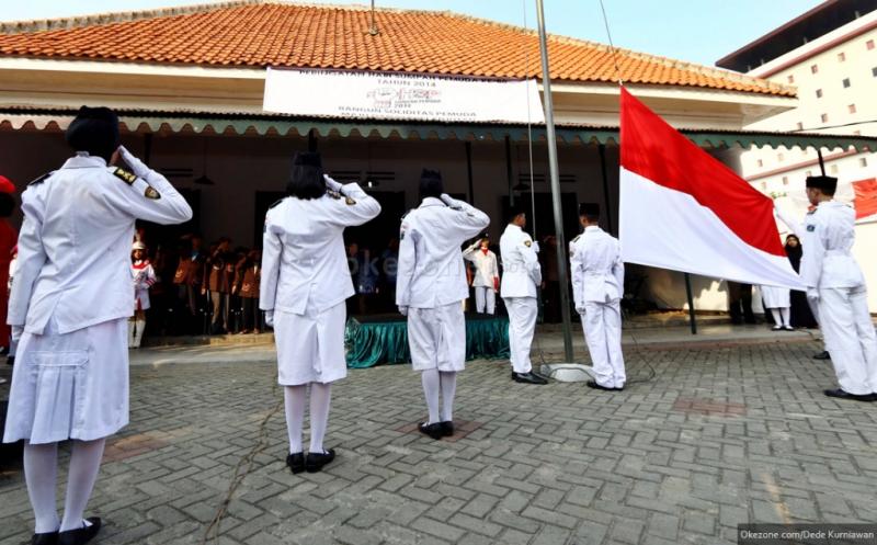 https: img-o.okeinfo.net content 2017 09 19 65 1778795 mantap-pemerintah-segera-berlakukan-nyanyi-lagu-indonesia-raya-tiga-stanza-secara-nasional-di-sekolah-EhkZvSGDNz.jpg