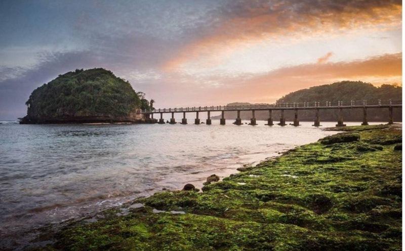 https: img-o.okeinfo.net content 2017 09 20 406 1779920 tahun-baru-islam-stonehenge-cangkringan-hingga-pantai-jembatan-panjang-rekomendasi-tempat-liburan-di-awal-tahun-hijriah-d7b7ro4jdb.jpg