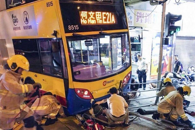 https: img-o.okeinfo.net content 2017 09 23 18 1781460 waduh-bus-tingkat-tabrak-trotoar-di-hong-kong-3-tewas-dan-20-orang-terluka-cLpQHsECOx.jpg