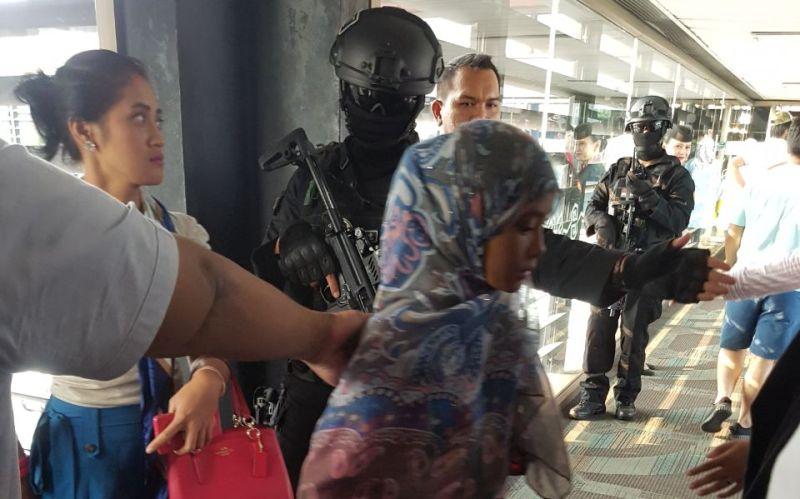 https: img-o.okeinfo.net content 2017 09 27 337 1783867 kembali-ke-indonesia-6-wni-diduga-gabung-isis-dibawa-ke-trauma-centre-kemensos-k3QOgSrRqz.jpg
