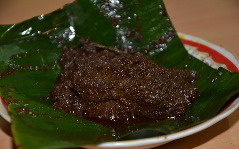 Ciri-Ciri Rendang Enak, Dimasak dengan Kayu Bakar hingga Warna Bumbunya Hitam