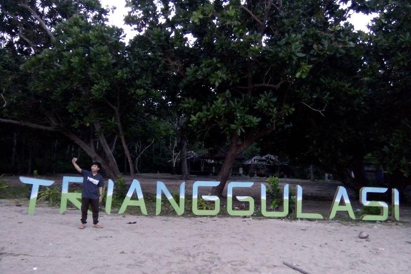 https: img-o.okeinfo.net content 2017 10 02 406 1787329 uncover-indonesia-di-pantai-trianggulasi-banyuwangi-pengunjung-bisa-bertemu-monyet-dan-penyu-bpLw2MRAZ5.jpg