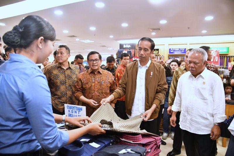 https: img-o.okeinfo.net content 2017 10 12 337 1794422 kunjungi-pusat-perbelanjaan-palembang-presiden-jokowi-sapa-wong-kito-galo-DRVpXEIdF6.jpg