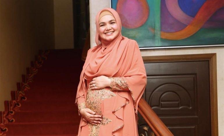 https: img-o.okeinfo.net content 2017 10 14 33 1795319 alhamdulillah-siti-nuhaliza-hamil-anak-pertama-setelah-11-tahun-menikah-bDzqgSjTFP.jpg