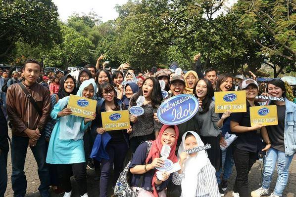 https: img-o.okeinfo.net content 2017 10 14 598 1795226 asyik-peserta-audisi-indonesian-idol-2017-yang-pakai-grab-tak-perlu-mengantre-DXT58MPdtT.JPG