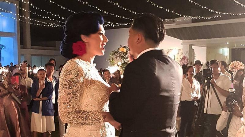 https: img-o.okeinfo.net content 2017 10 16 33 1796061 foto-cantiknya-istri-derby-romero-bergaya-retro-di-pesta-pernikahan-yuks-intip-fotonya-qfZl2mW8SX.jpg