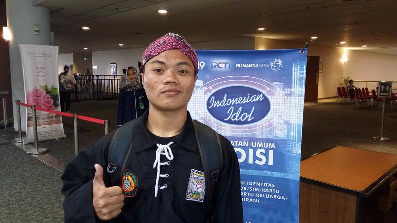 https: img-o.okeinfo.net content 2017 10 16 598 1796349 unik-banget-peserta-indonesian-idol-2017-ini-bawakan-bengawan-solo-lengkap-dengan-seragam-silat-blangkon-EuxSpqBdWm.jpg