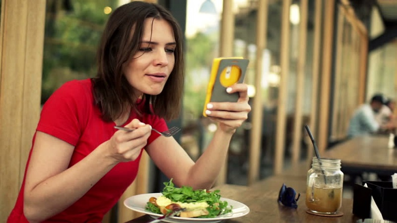 https: img-o.okeinfo.net content 2017 10 17 298 1797135 makan-di-restoran-singapura-ini-pengunjung-tidak-boleh-bawa-handphone-CClyNWRWwJ.jpg