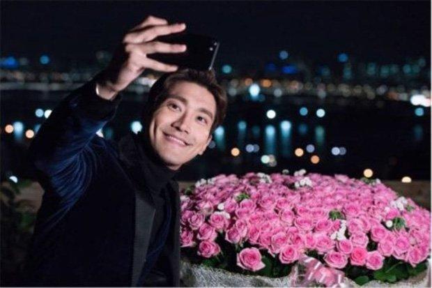 https: img-o.okeinfo.net content 2017 10 21 598 1800002 cie-choi-siwon-super-junior-peragakan-adegan-romantis-di-revolutionary-love-rKyKFgMdyz.jpg