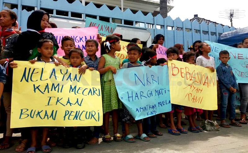 https: img-o.okeinfo.net content 2017 10 26 340 1802953 12-nelayan-indonesia-ditangkap-jalan-masuk-kantor-konjen-malaysia-diblokade-KcHVJLWT4F.jpg