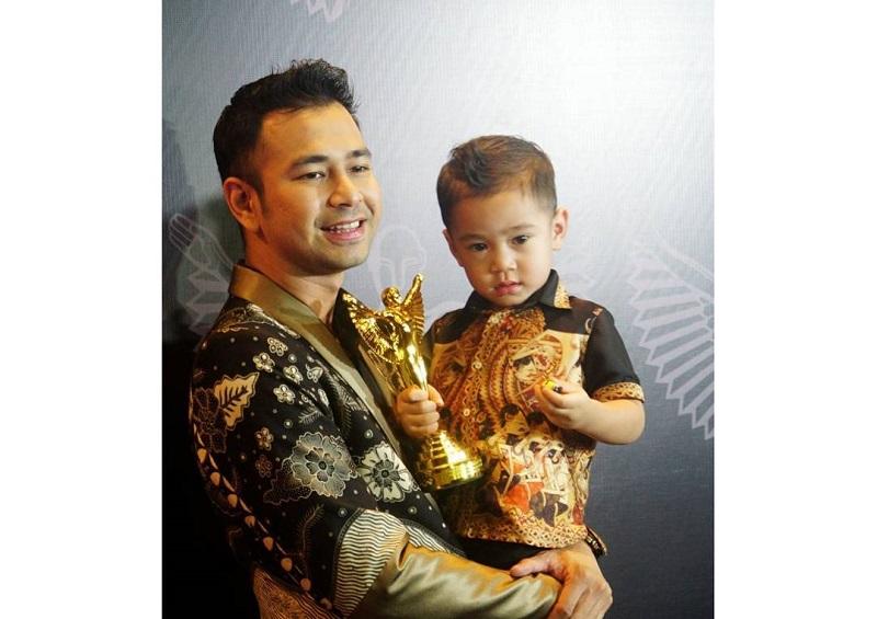 https: img-o.okeinfo.net content 2017 10 27 194 1803943 pga-2017-penampilan-raffi-ahmad-dan-denny-cagur-dengan-batik-saat-terima-penghargaan-QGF7Btdrx5.jpg