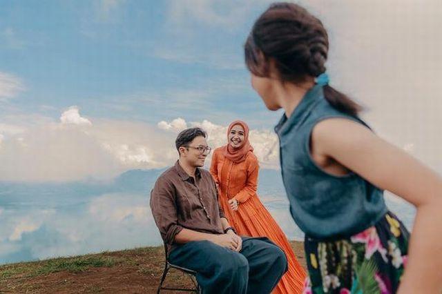 https: img-o.okeinfo.net content 2017 11 05 33 1808718 video-pulang-ke-malaysia-laudya-cynthia-bella-langsung-masak-untuk-suami-4GepyWwtIV.jpg