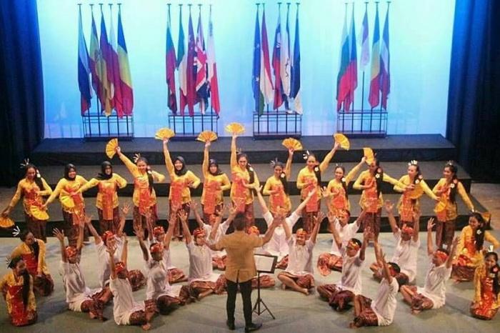 https: img-o.okeinfo.net content 2017 11 07 65 1810064 tepuk-tangan-paduan-suara-mahasiswa-ugm-borong-penghargaan-di-malta-YF4wvXYudC.jpg