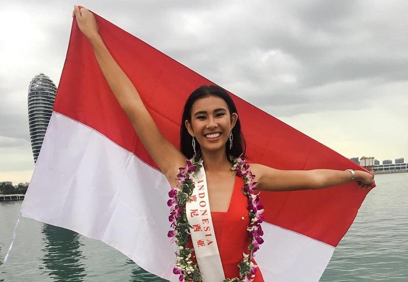 https: img-o.okeinfo.net content 2017 11 08 194 1810673 pose-achintya-nilsen-sambil-bentangkan-bendera-indonesia-di-kegiatan-karantina-miss-world-2017-sdC5NDV902.jpg