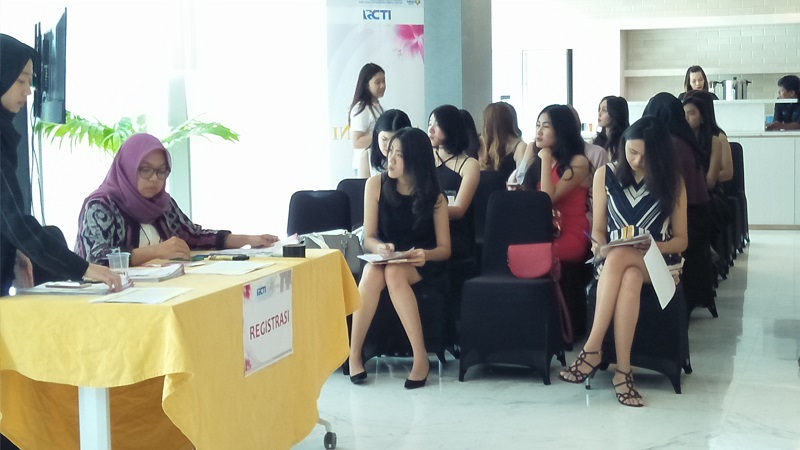 https: img-o.okeinfo.net content 2017 11 11 194 1812383 puluhan-wanita-cantik-ikuti-audisi-hari-pertama-miss-indonesia-2018-22jcqfgw4g.jpg
