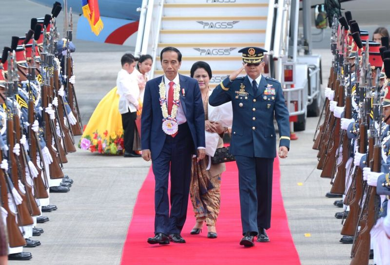 https: img-o.okeinfo.net content 2017 11 12 18 1812711 tiba-di-filipina-untuk-ktt-asean-presiden-jokowi-disambut-tarian-massal-DqTsuq6kE8.jpeg
