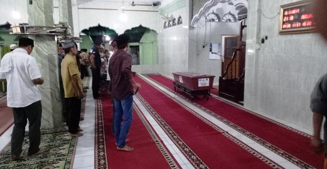 https: img-o.okeinfo.net content 2017 11 14 340 1814132 usai-disalatkan-jenazah-pembakar-mapolres-dharmasraya-dimakamkan-P97bsO8JY9.jpg