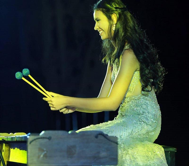 https: img-o.okeinfo.net content 2017 11 15 194 1814538 yuk-lihat-aksi-achintya-nilsen-bermain-marimba-di-panggung-talent-show-miss-world-2017-4klTmKr6ig.jpg