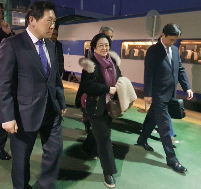 https: img-o.okeinfo.net content 2017 11 15 337 1814678 konsisten-terapkan-ekonomi-pancasila-megawati-soekarnoputri-kembali-terima-gelar-dhc-di-korea-selatan-WC44h26Jin.jpg