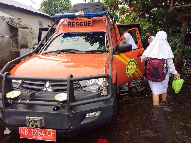 https: img-o.okeinfo.net content 2017 11 15 340 1814267 banjir-menerjang-sar-kerahkan-armada-evakuasi-ibu-ibu-dan-anak-sekolah-l0CV0a6LZD.jpg