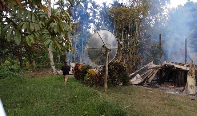https: img-o.okeinfo.net content 2017 11 19 340 1816616 bentrok-di-keerom-papua-1-orang-tewas-dan-belasan-rumah-dibakar-36fnRhQtTt.jpg