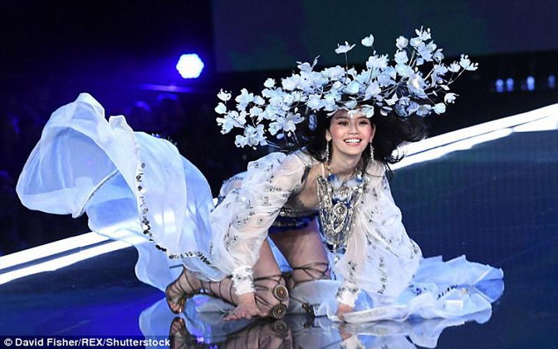 https: img-o.okeinfo.net content 2017 11 21 194 1817929 detik-detik-terjatuhnya-model-ming-xi-di-victoria-s-secret-2017-fashion-show-cu92t51A3J.jpg