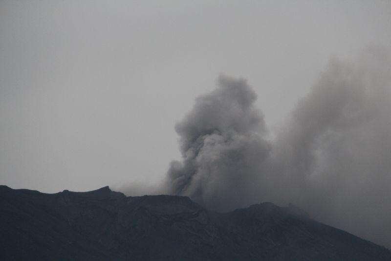 https: img-o.okeinfo.net content 2017 11 21 340 1818102 luncurkan-asap-hitam-setinggi-700-meter-ini-penyebab-gunung-agung-meletus-TEbdbSTpmd.jpg