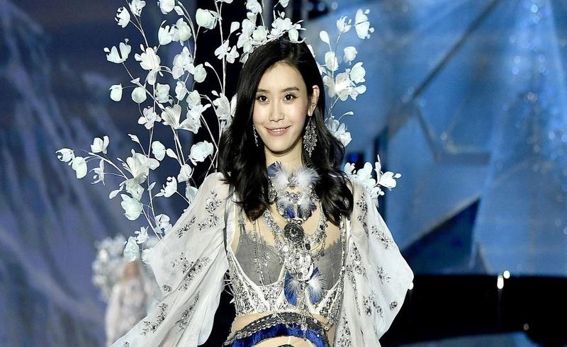https: img-o.okeinfo.net content 2017 11 22 194 1818395 ungkapan-kesedihan-ming-xi-model-yang-terjatuh-di-runway-victoria-s-secret-fashion-show-8AeOGgbwn0.jpg