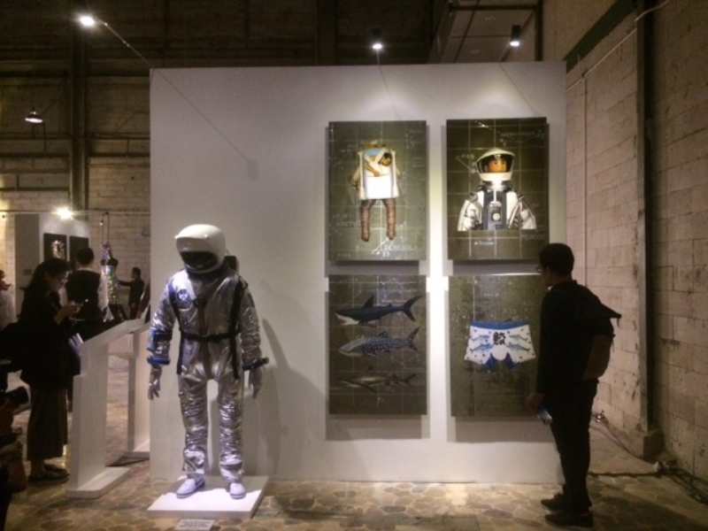 https: img-o.okeinfo.net content 2017 11 28 194 1822243 9-seniman-unjuk-karya-seni-dalam-pameran-fashion-exhibition-3kOum1e6Af.jpeg