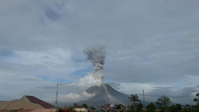 https: img-o.okeinfo.net content 2017 11 29 340 1822266 2-kali-erupsi-gunung-sinabung-luncurkan-awan-panas-sejauh-3-km-wyOvP6SX5m.jpg