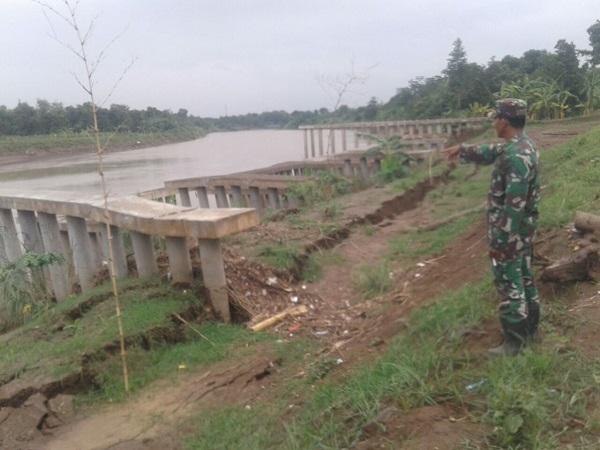 https: img-o.okeinfo.net content 2017 12 01 525 1823752 tanggul-sungai-cimanuk-longsor-sejumlah-desa-di-indramayu-terancam-banjir-AkeV97UF0L.jpg