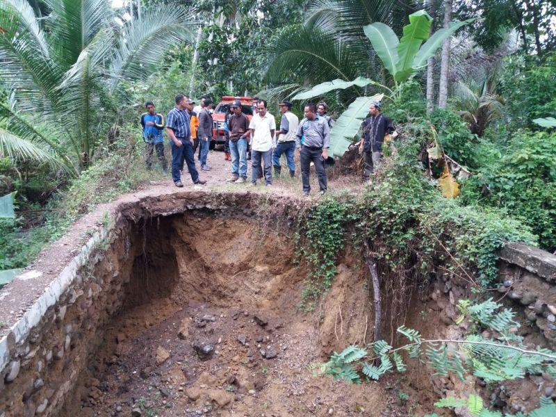 https: img-o.okeinfo.net content 2017 12 04 340 1824672 banjir-serta-longsor-melanda-9-kecamatan-di-kabupaten-bireuen-Szg3sJKvYn.jpg