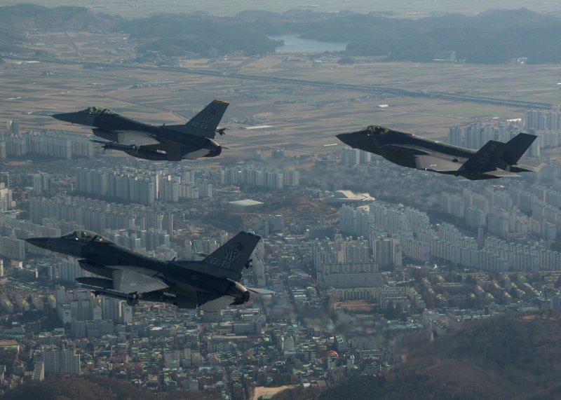 https: img-o.okeinfo.net content 2017 12 06 18 1826065 biasa-hanya-terbang-pesawat-bomber-as-berlatih-menembak-di-korea-HtAylJCvq2.JPG