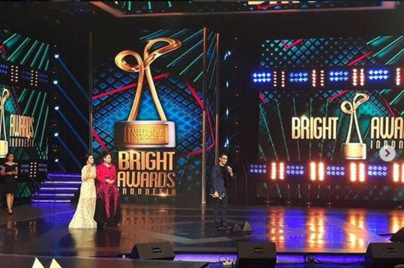 https: img-o.okeinfo.net content 2017 12 06 598 1826403 menang-bright-awards-indonesia-2017-afgan-tebar-cinta-untuk-fans-ikpX5tejJW.jpg