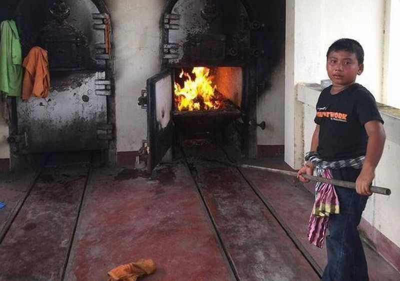 https: img-o.okeinfo.net content 2017 12 07 18 1826454 demi-bayar-uang-pengobatan-sang-ibu-bocah-laki-laki-berusia-11-tahun-ini-rela-bekerja-membakar-mayat-H3W3CgHOTo.jpg