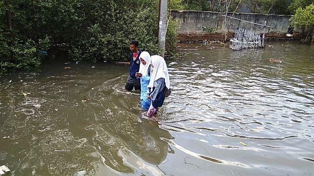 https: img-o.okeinfo.net content 2017 12 07 338 1826838 banjir-rob-di-tangerang-500-rumah-nelayan-terendam-yANFi30x6f.jpg
