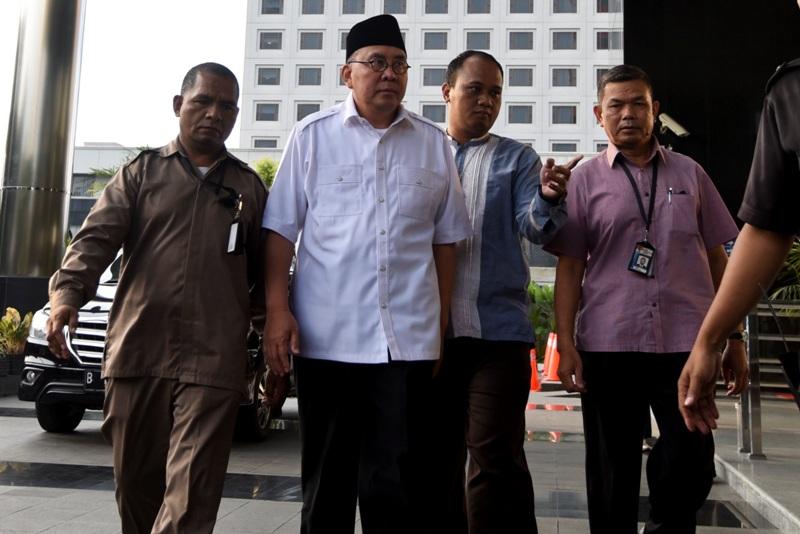https: img-o.okeinfo.net content 2017 12 07 340 1826923 gubernur-bengkulu-non-aktif-dituntut-10-tahun-penjara-dan-denda-rp400-juta-iCWJxonRYT.jpg
