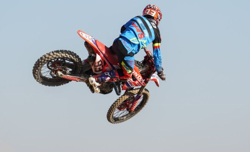 https: img-o.okeinfo.net content 2017 12 07 38 1826484 usai-jadi-juara-dunia-motogp-2017-ini-aksi-marc-marquez-dengan-motocross-fUEGrRhcIt.jpg